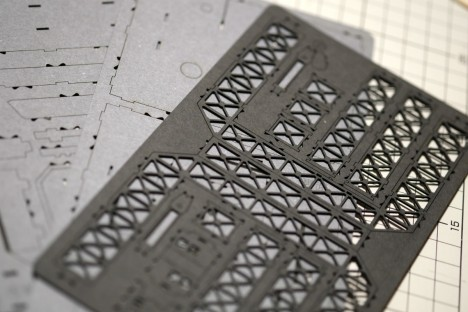 ハの字になっている部分の中心がベースと繋がっていて、ここをカッターで切ります